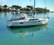 Sailing yacht Oceanis 411 for rent in Bocca di Magra