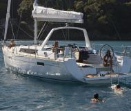 Sailing yacht Oceanis 45 for hire in Marina di Scarlino